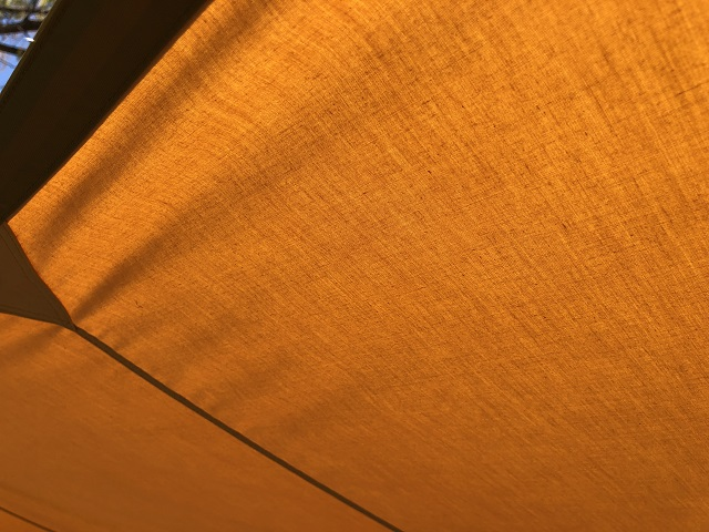 タープを接写して遮光性を確認