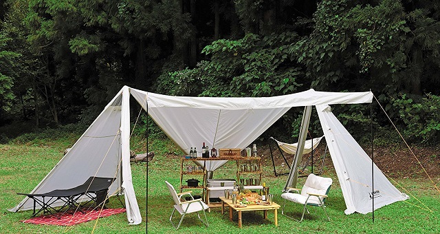 テーブルやチェアを広げるキャプテンスタッグのキャンプベース