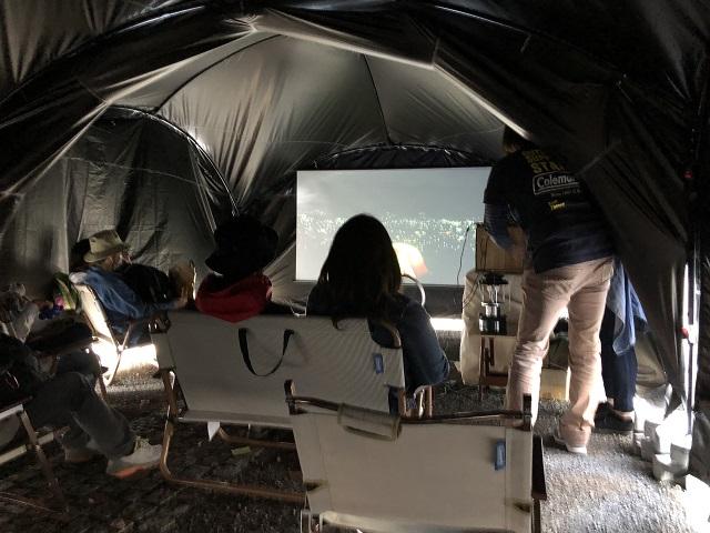 プロジェクター映像も見えるダークルームテクノロジー