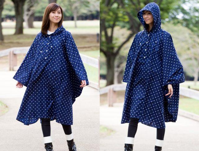 傘屋さんが作った水玉のレインポンチョを着る女性モデル