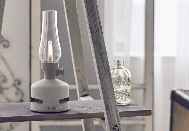 レトロ調の白いMoriMori LEDランタンスピーカー