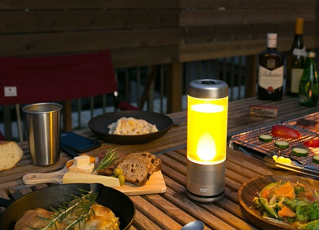 黄色く光るROOT CO. PLAYFUL BASE LANTERN SPEAKER BOTTLE