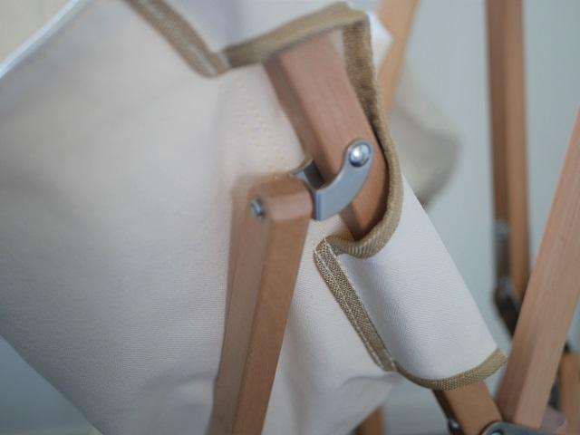 フレームを覆うようにシートが縫われている