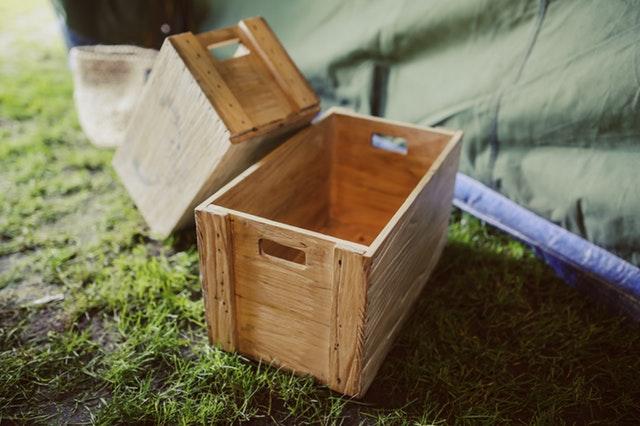 屋外に転がってる木箱