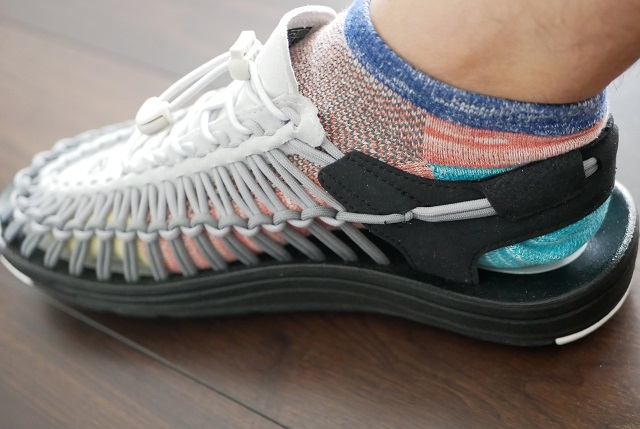 カラフルな靴下が見えるユニーク