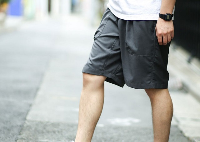 gym master TRイージーショートパンツを履いて横を向く男性