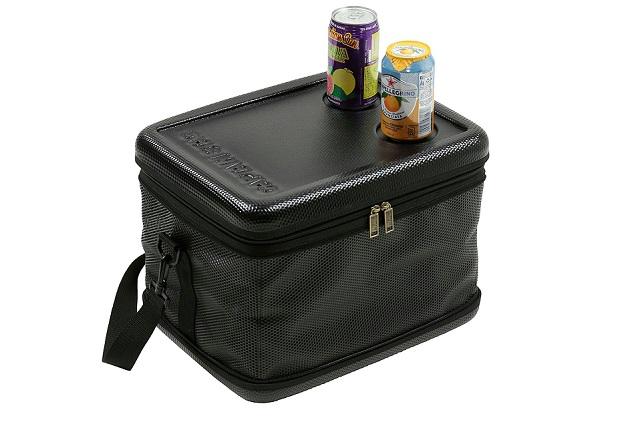 缶ジュース2本が置いてあるキャプテンスタッグ スーパーコールド クーラーバッグ