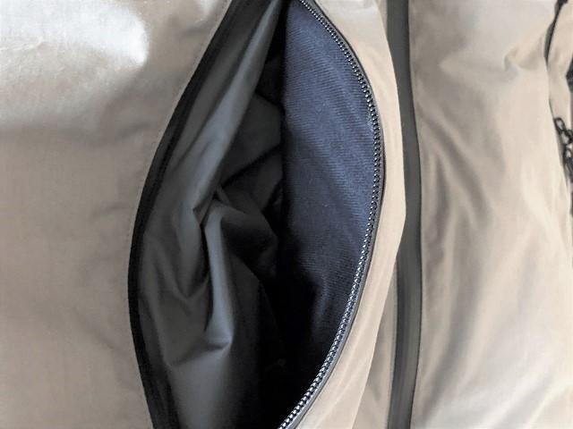 腰ポケットを広げてハンドウォーマーのアップ