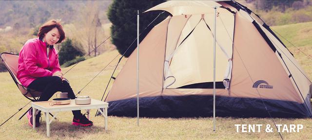 レイチェルのテントの横に座る女性