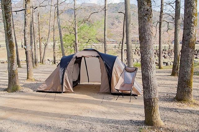 林の中にあるレイチェルドームテント2DK