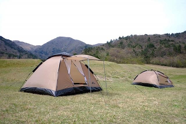 草原にレイチェルワンタッチテントが並ぶ
