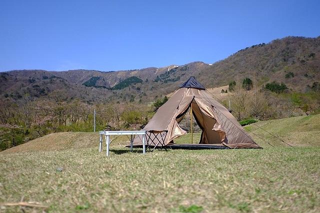 山に囲まれたレイチェルワンポールテント
