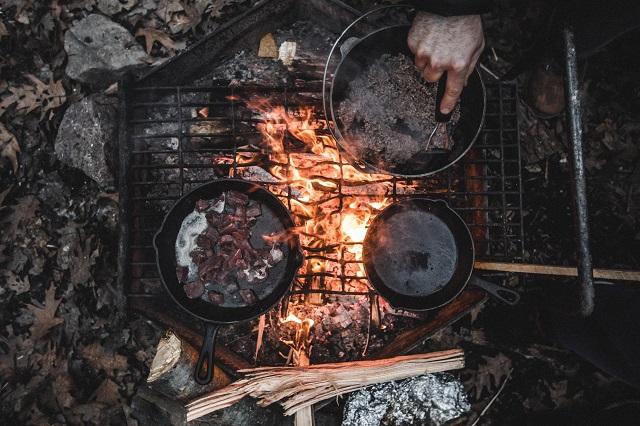 ダッチオーブンとスキレットを真上から見た様子
