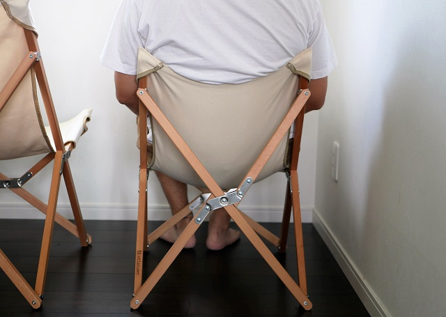 Mサイズに座った大柄の男性