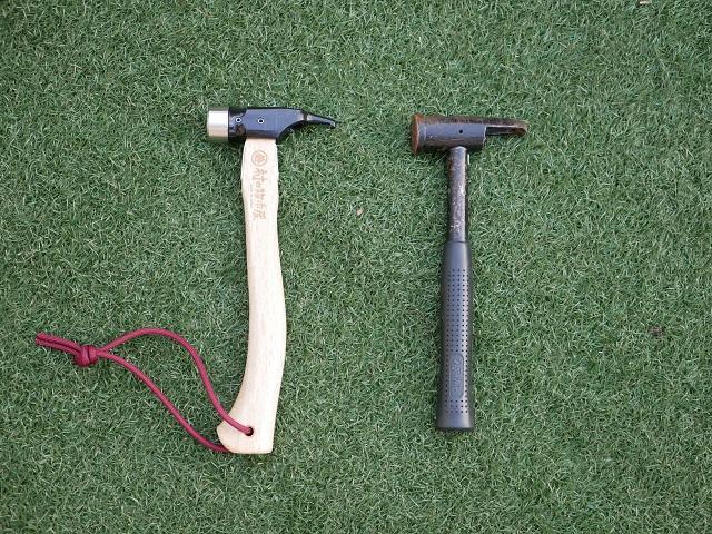 ハンマーを並べて芝の上に置く