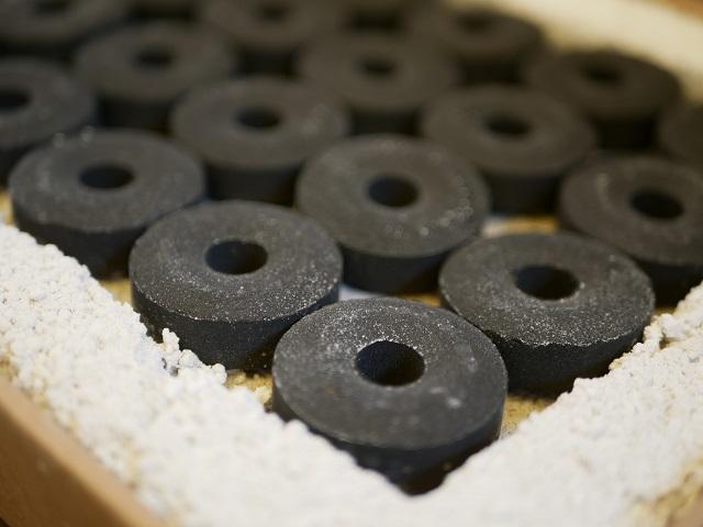 竹炭が敷き詰められたクラフトグリル