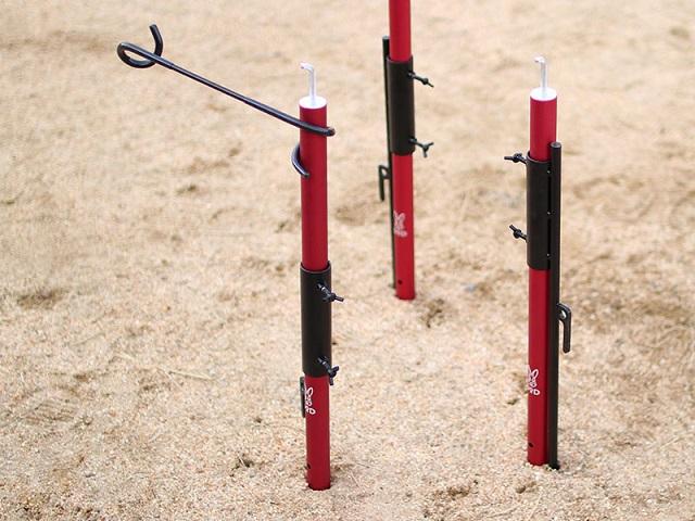 赤色のポールを支えるチンアナゴペグ