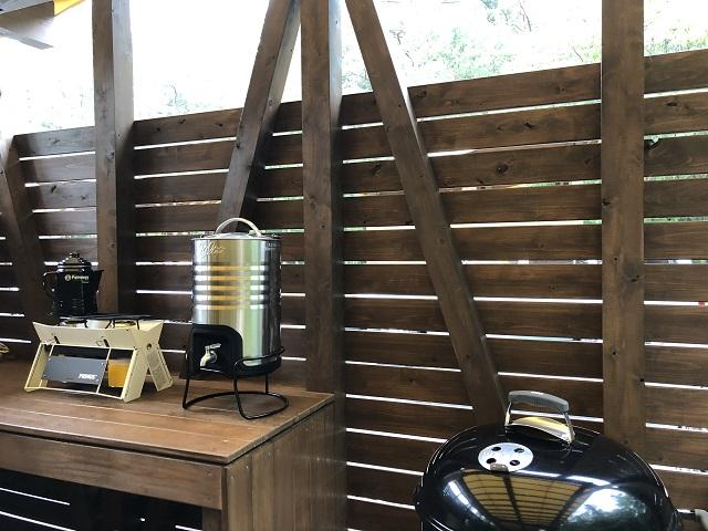 ツーバーナーとウォータージャグを置いた作業台