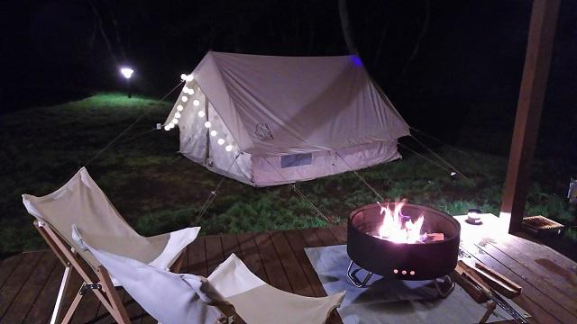 焚火越しにテントを見る