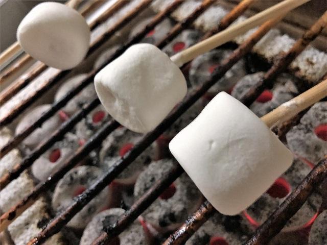 クラフトグリルでマシュマロを焼く