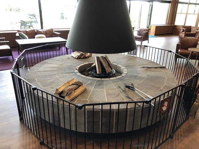 ラウンジ内の暖炉