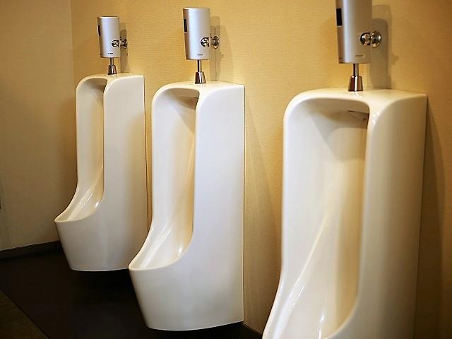 レストラン横のトイレ小便器