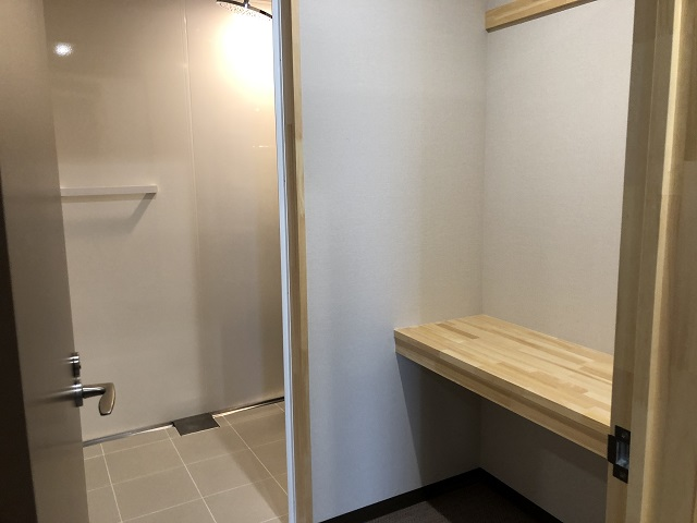 シャワールームの入り口から中を見る