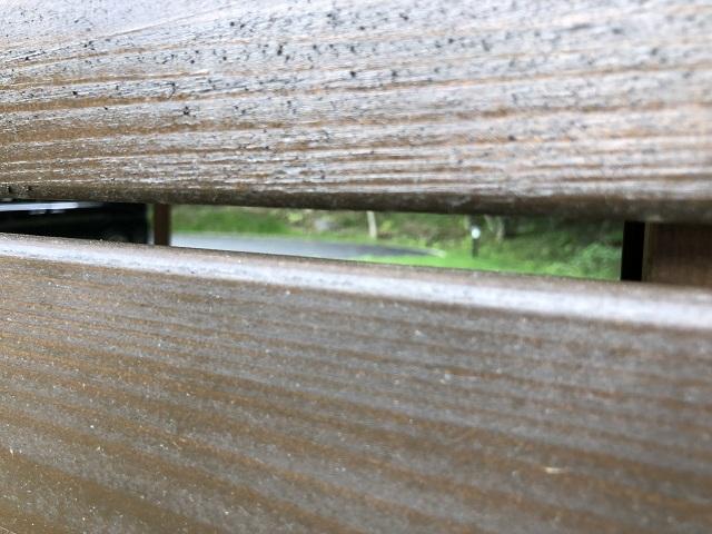 ウッドデッキの壁の隙間