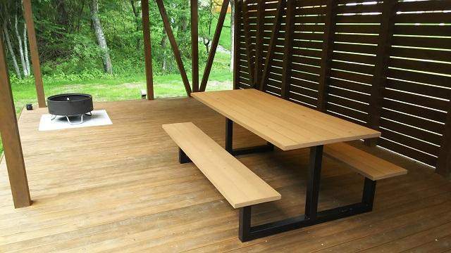 ウッドデッキのテーブルベンチ