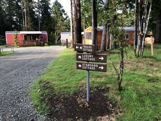 トレーラーコテージ入口の案内標識