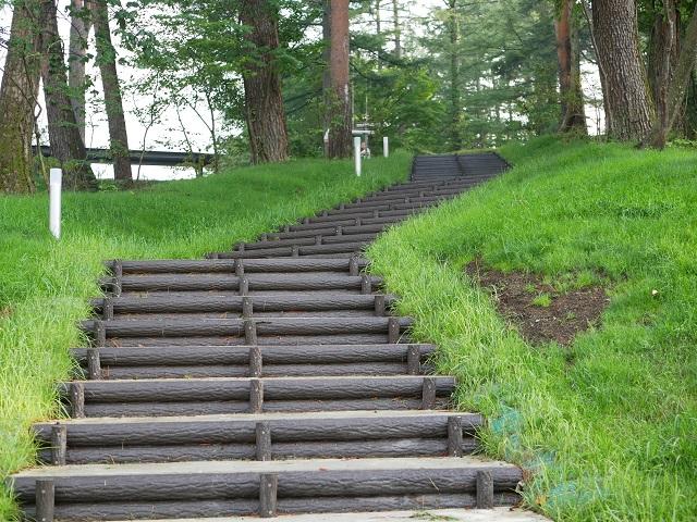 トレーラーハウスからセンターハウスへ行く階段