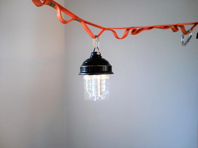 オレンジ色のハンキングチェーンに吊り下げる