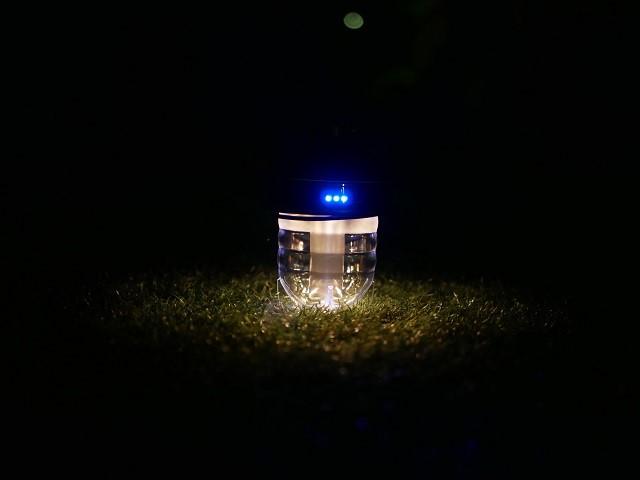 人工芝の上に明るさ最小30ルーメンの写真