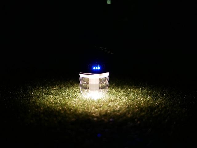人工芝に明るさ中ぐらいで置いてみる