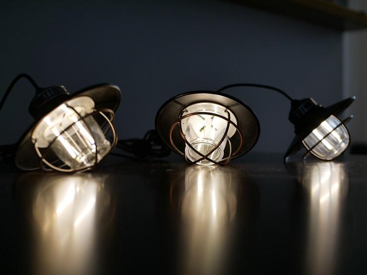 テーブルの上で点灯するエジソンストリングライト