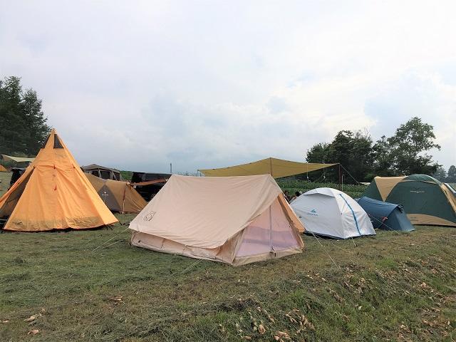 グルキャン並んだテントを後ろから