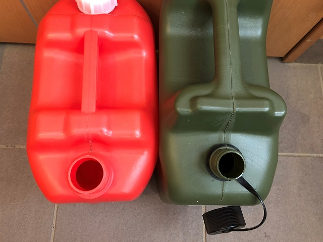 ヒューナースドルフと赤い灯油タンクと並べた様子