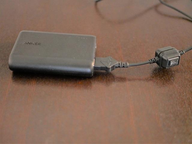 ケーブルの端にモバイルバッテリーを接続した様子