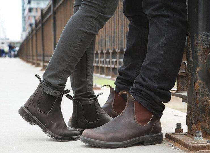 ブランドストーンのブーツを履く男性