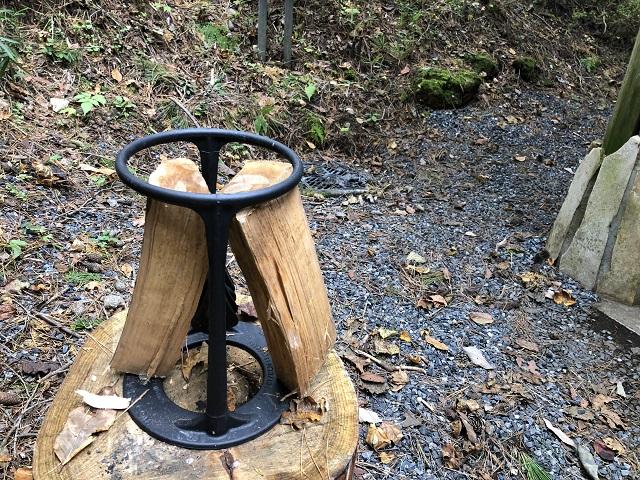 キンドリングクラッカーで薪を割った