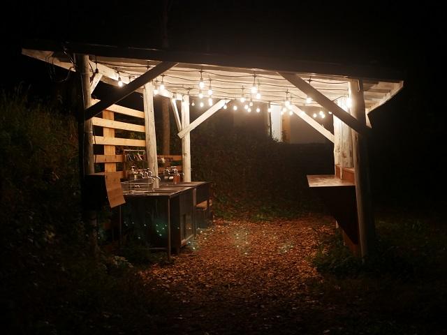 点灯しているキッチンスペース