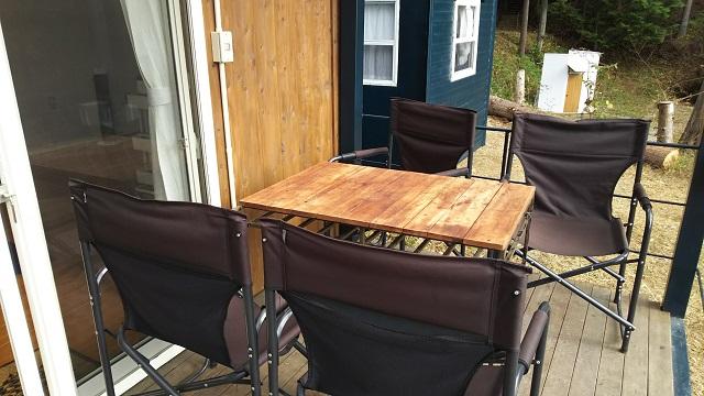 ウッドデッキのテーブル