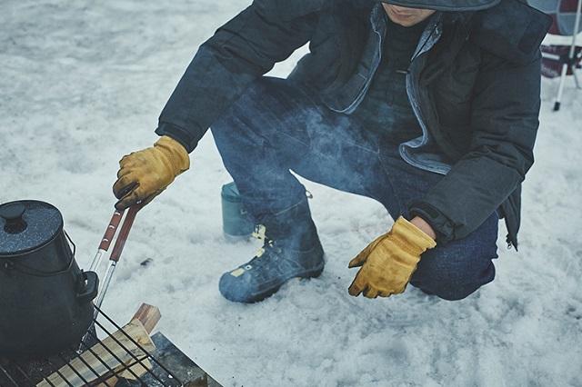 焚き火でユーティリティキャンプダウンジャケット