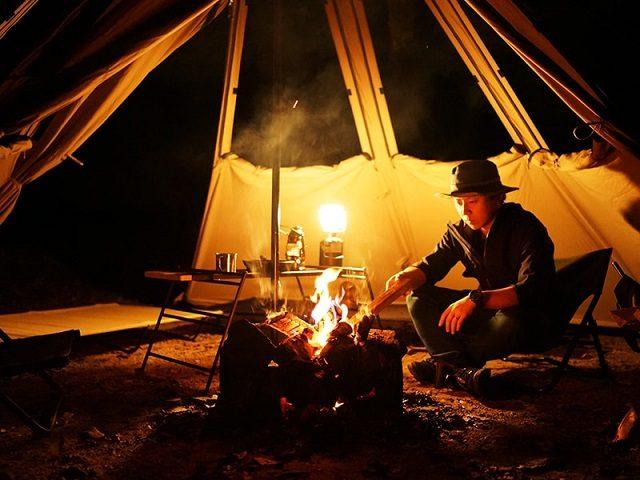 テント内で焚き火をしている様子