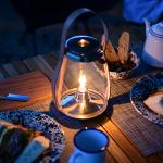 テーブルの上で灯るホルムガードのハリケーンランタン