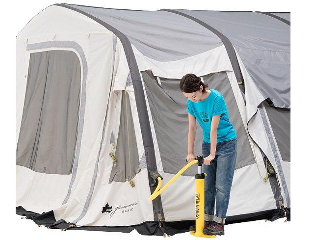 ロゴスのテントに空気を入れる様子