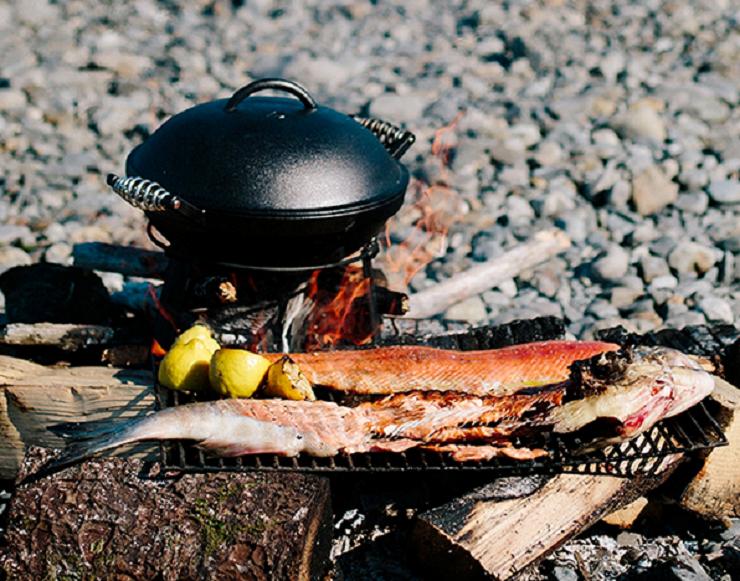 ベアボーンズリビング アウトドアアイアンオーブンで焚き火料理