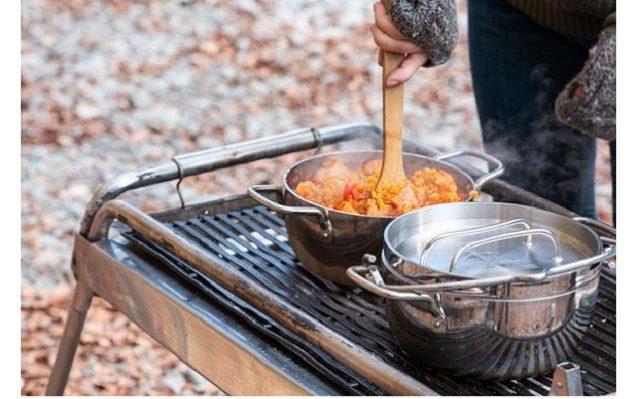 ライトステンレスダッチオーブンをキャンプで使っている様子