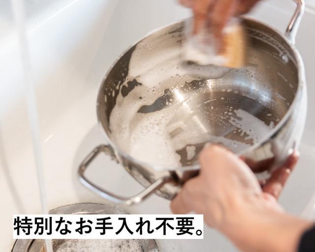 ライトステンレスダッチオーブンを洗っている様子