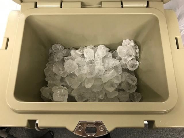 氷を入れたクーラーボックス